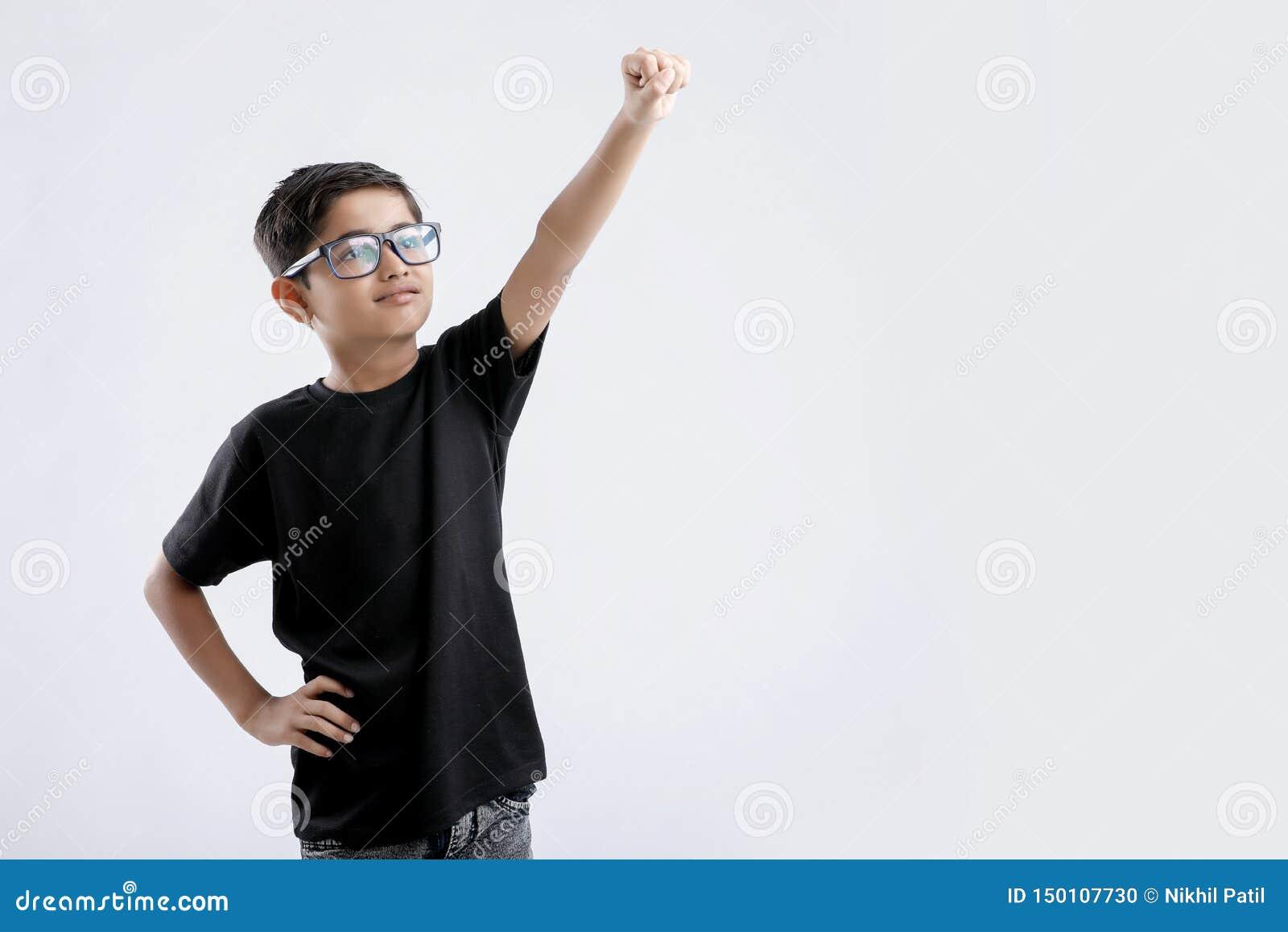 超人姿势的一点印度男孩