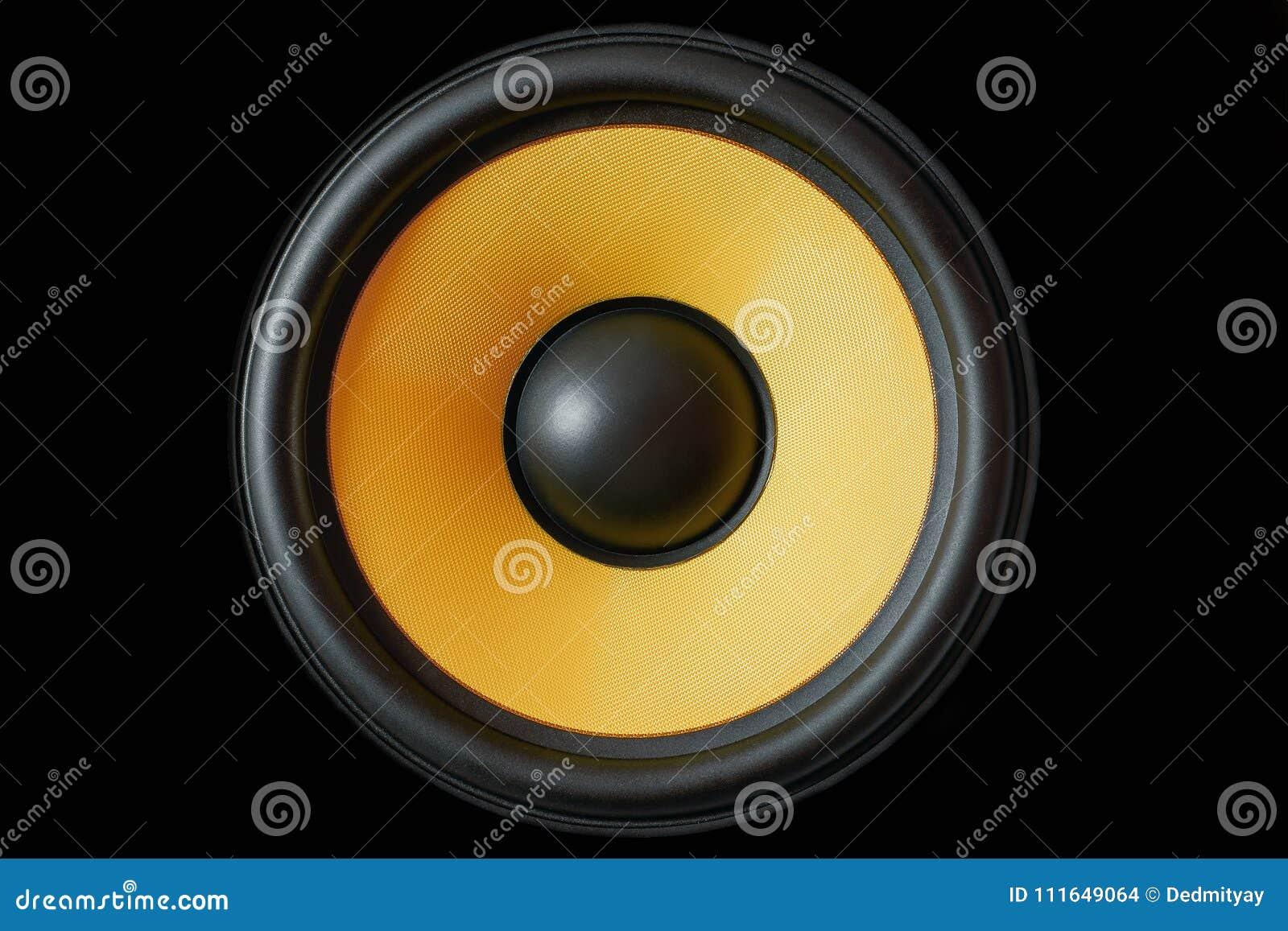 超低音扬声器在黑背景隔绝的动态膜或声音报告人,黄色高保真扩音器关闭