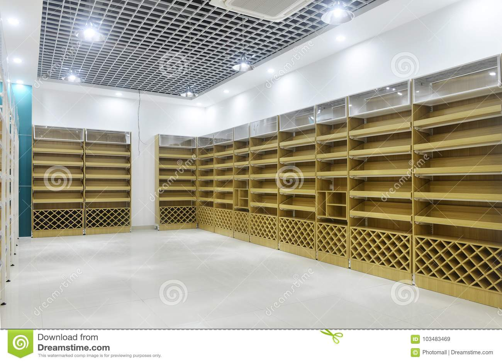 超级市场内部空的货架
