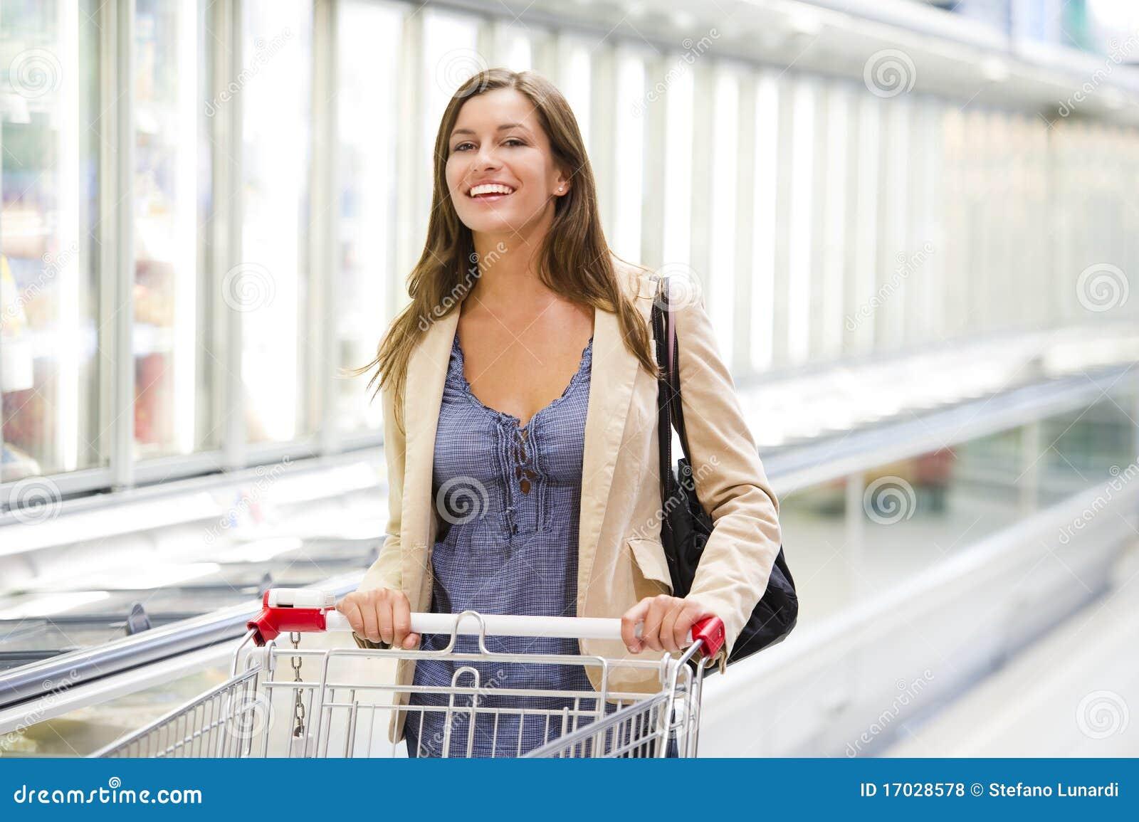 超级市场妇女年轻人