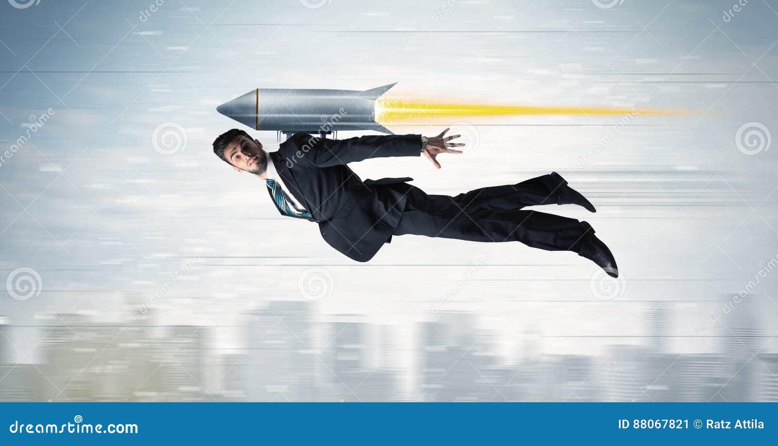 超级英雄与喷气机组装火箭的商人飞行在cit上