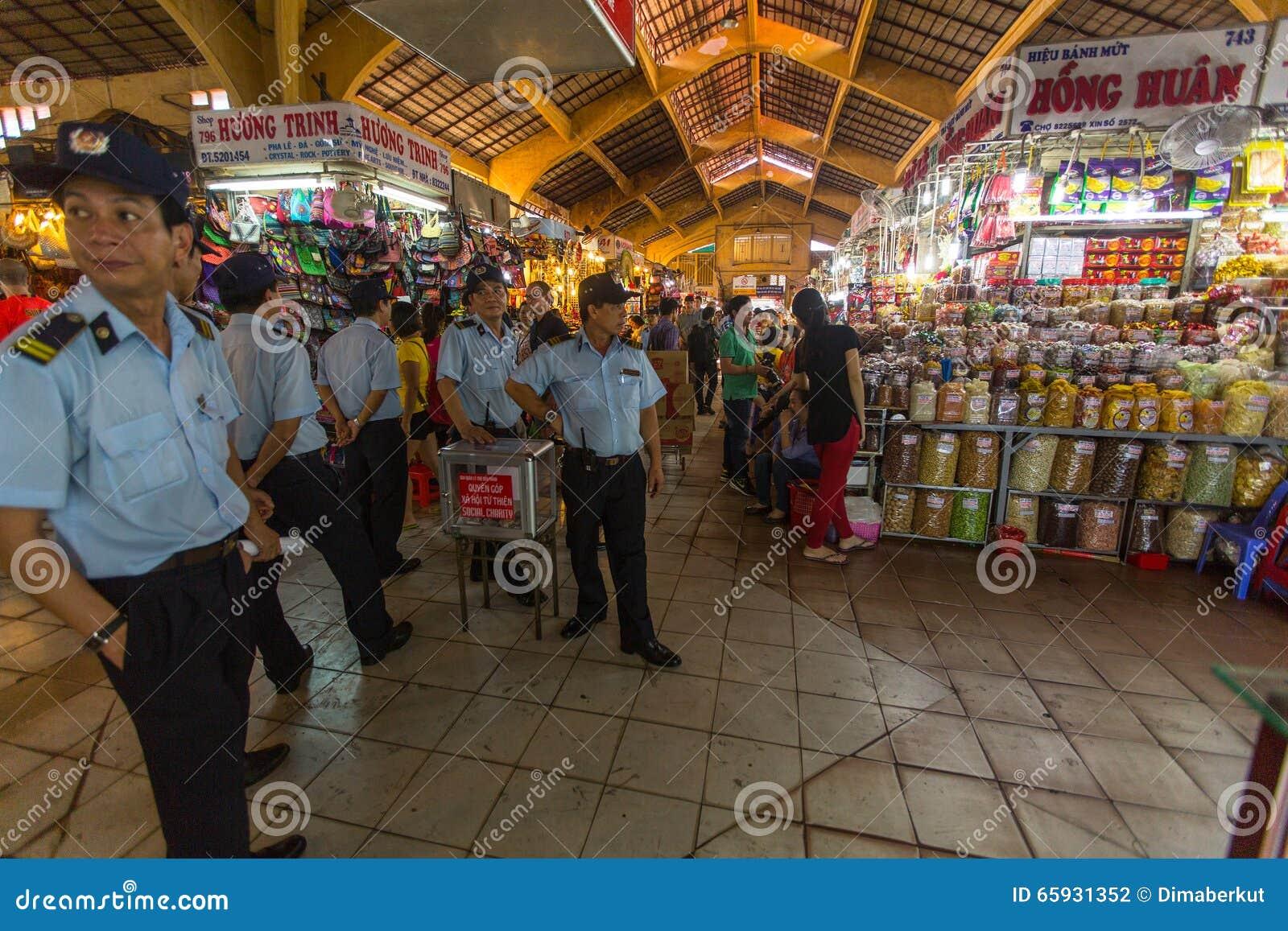 越南警察在主要市场上