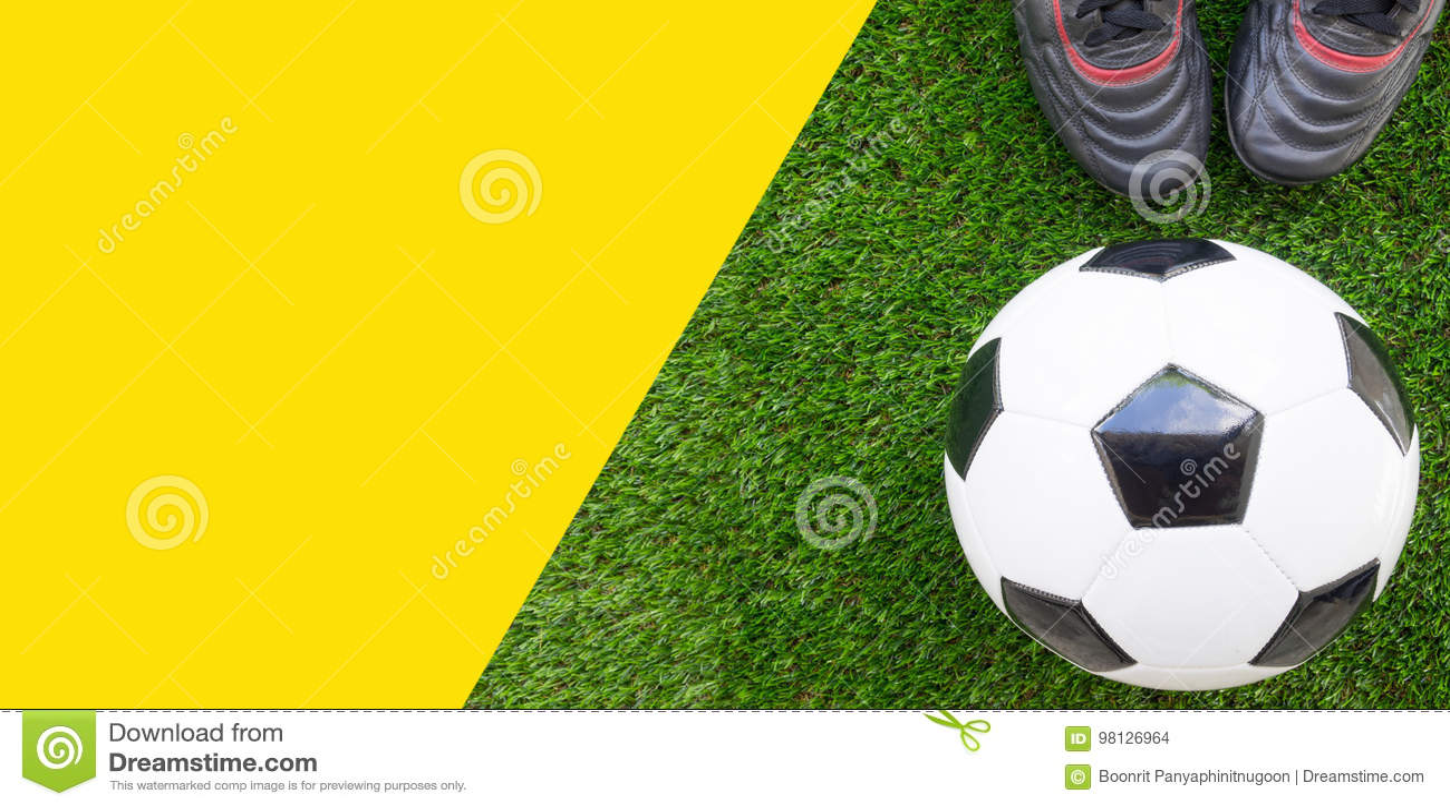 足球概念:橄榄球与老足球起动的足球