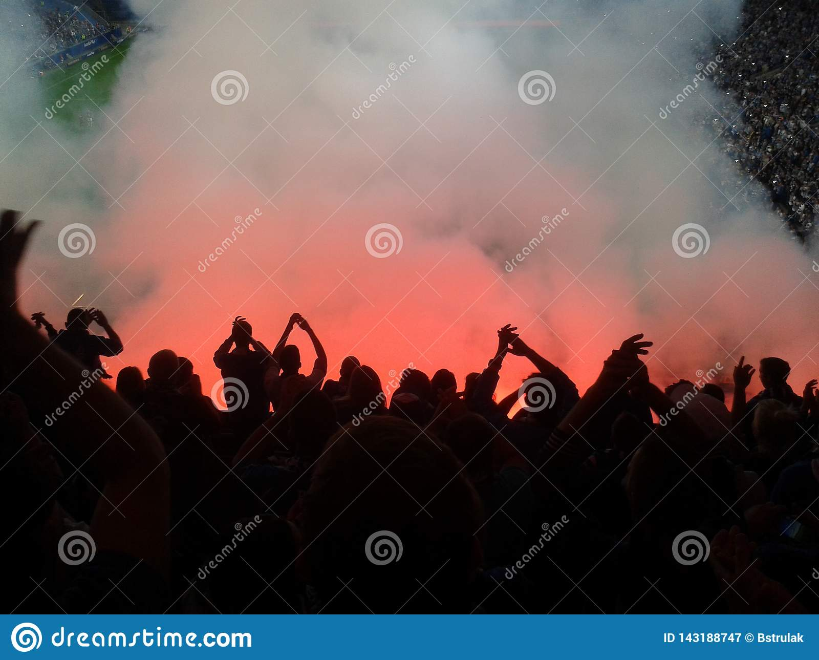 足球迷打开了光和烟火光 革命 拒付