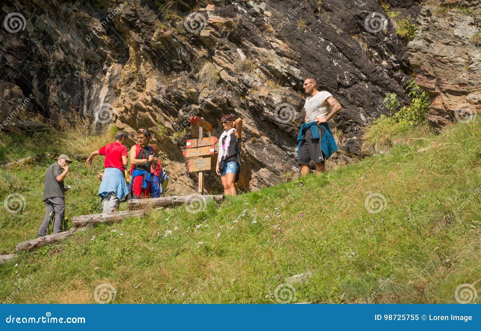 足迹的远足者在山的上面 犹太教教士谷,特伦托自治省女低音阿迪杰,意大利