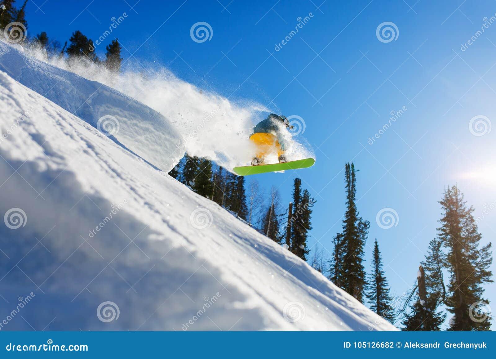 跃迁inhigh山的挡雪板晴天