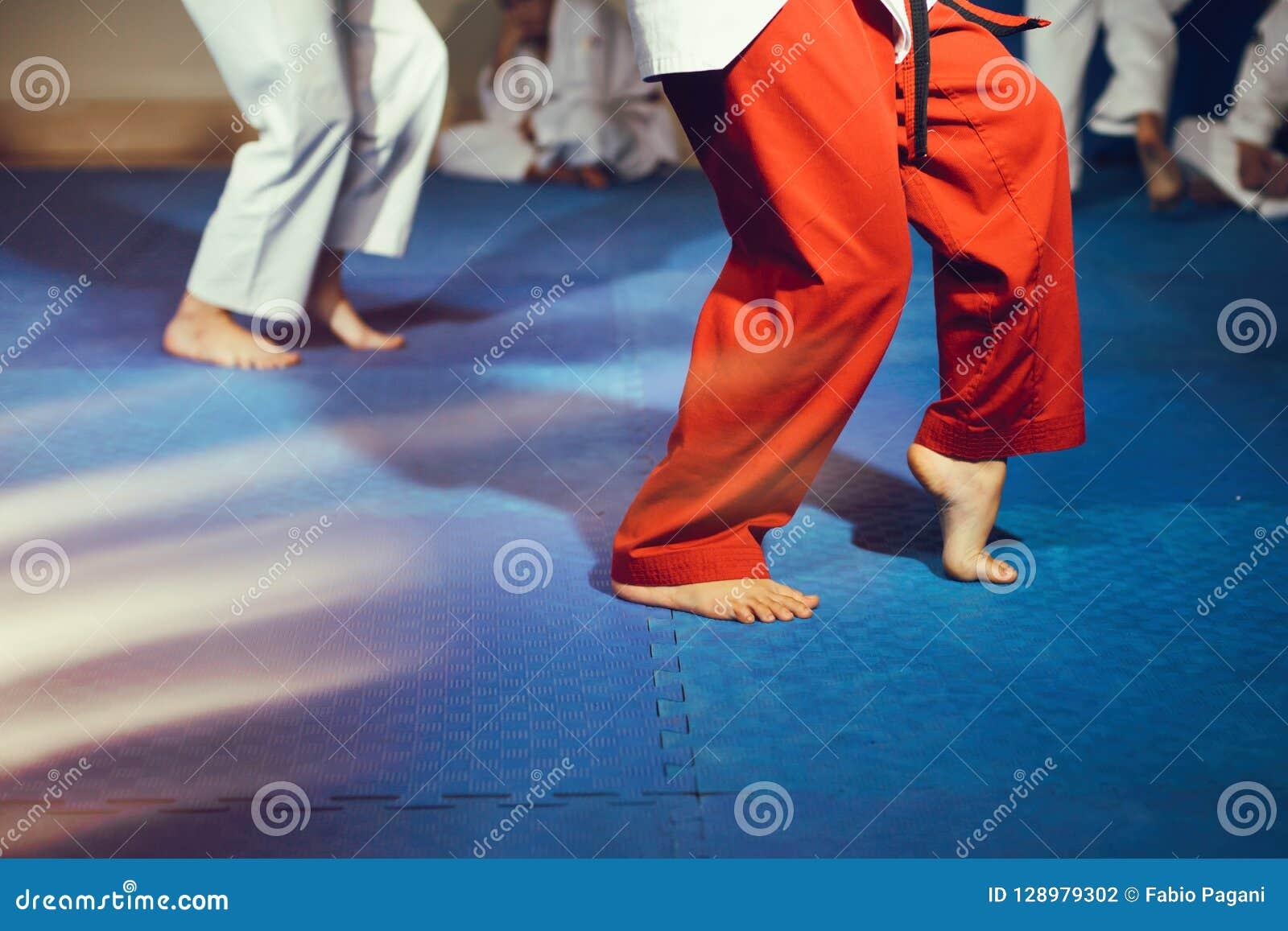 跆拳道运动员赤脚在地板上的武道运动