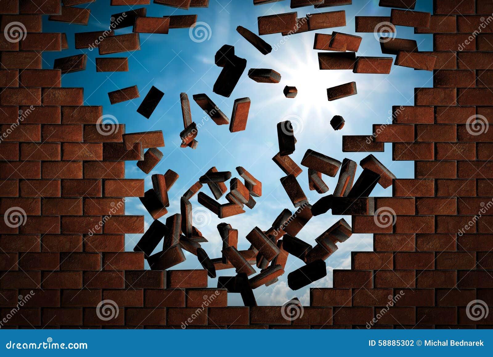 跌倒的砖墙做孔对晴朗的天空外面