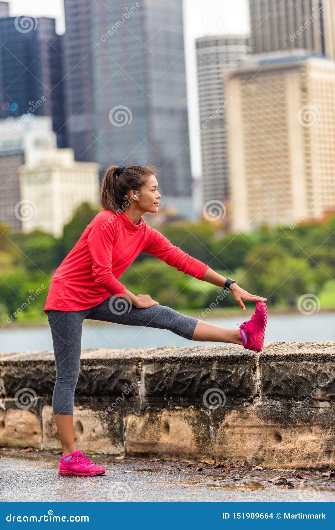 跑健康生活方式赛跑者妇女的城市舒展腿部锻炼跑在都市背景中 悉尼,澳大利亚旅行 ??