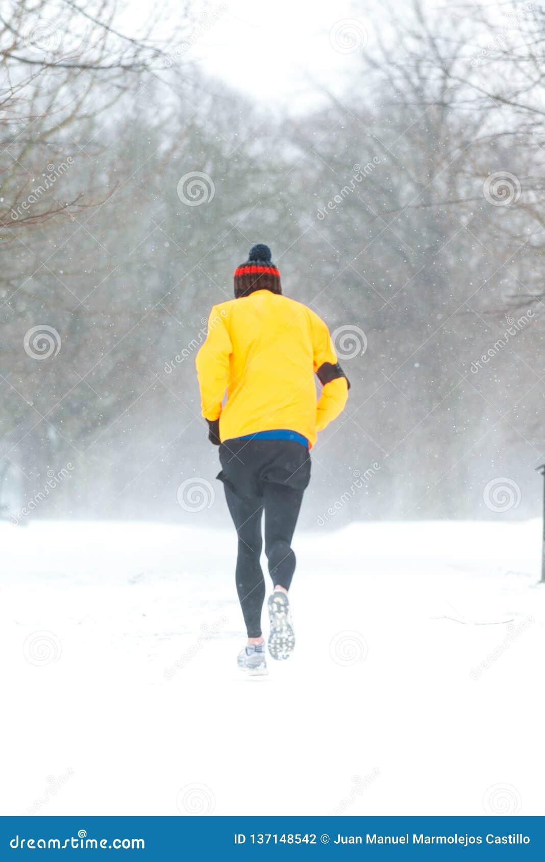 跑在一重的多雪的天的人在都伯林,爱尔兰