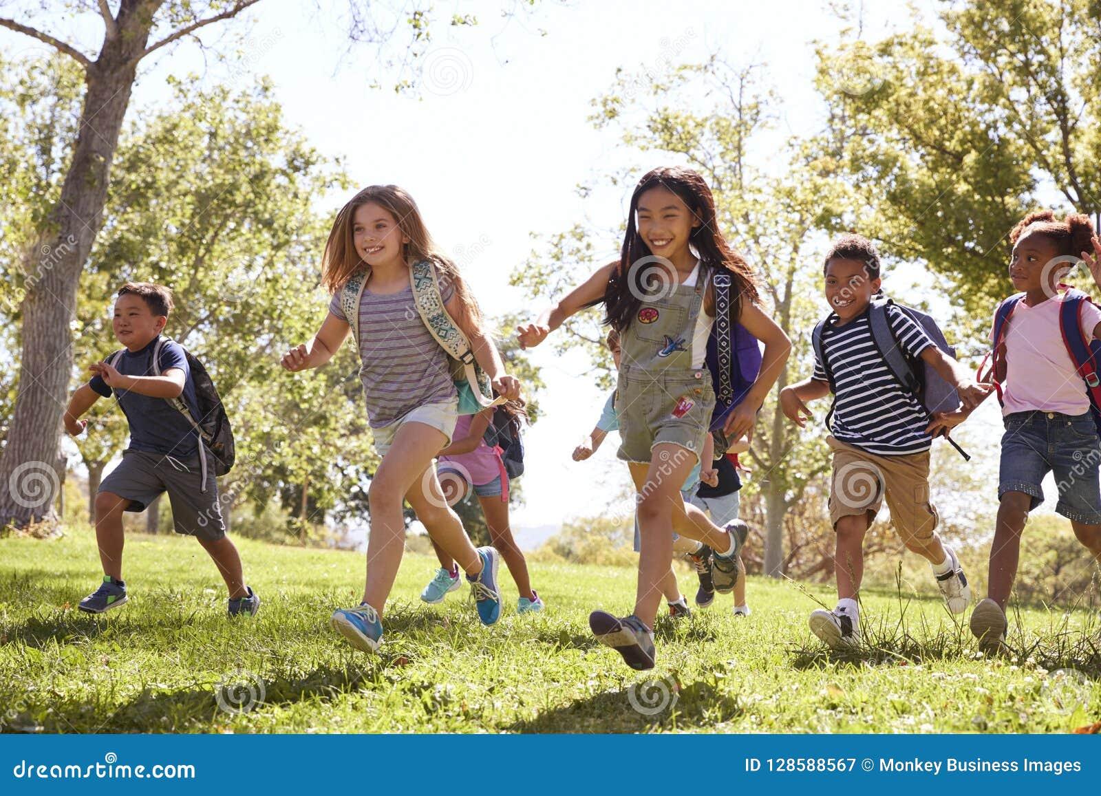 跑在公园的不同种族的小组学童