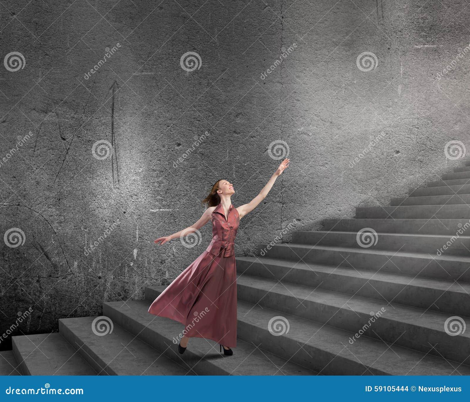 跑在台阶的妇女