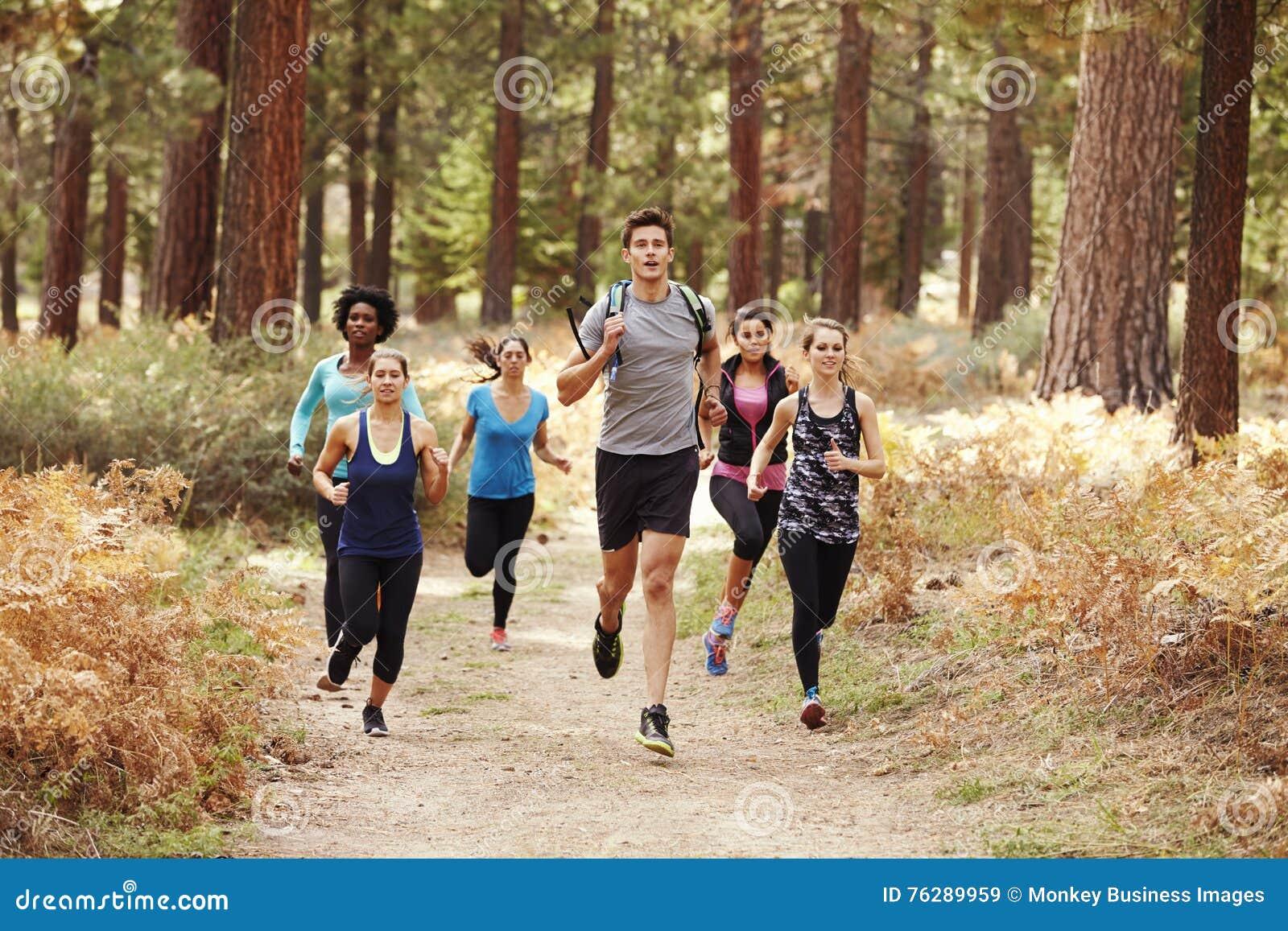 跑在森林里的小组年轻成人朋友