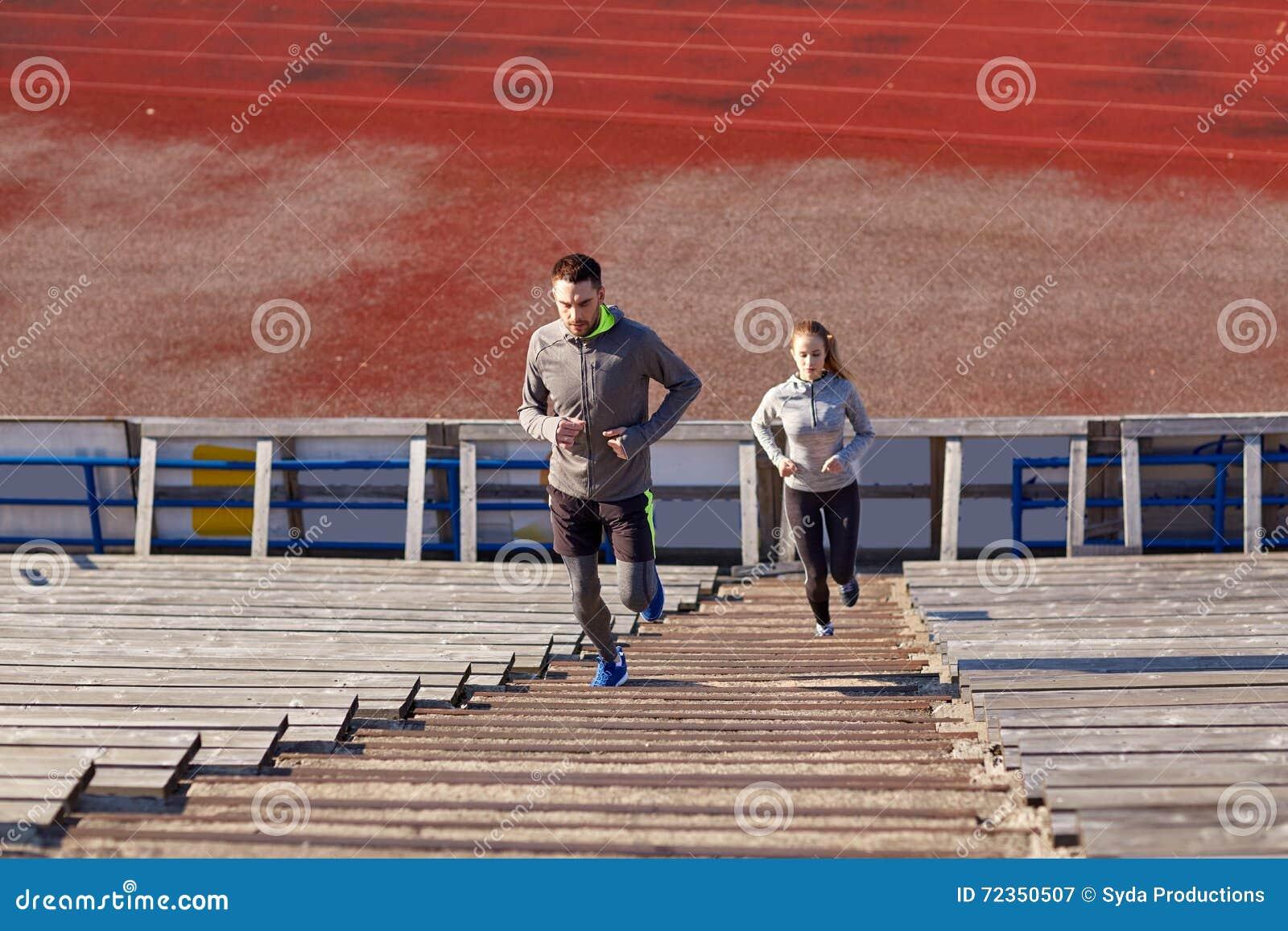 跑在楼上在体育场的夫妇