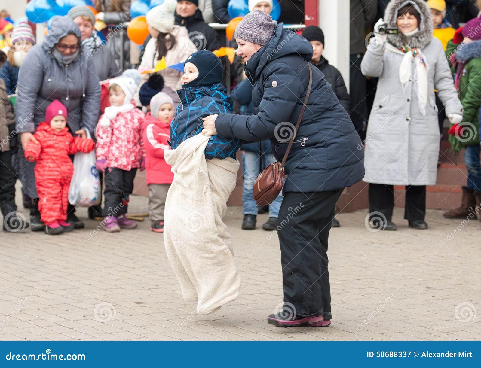 Download 跑在母亲帮助下 图库摄影片. 图片 包括有 招待, 中心, 森林, 食物, 方巾, 舞蹈, 外套, 文化 - 50688337