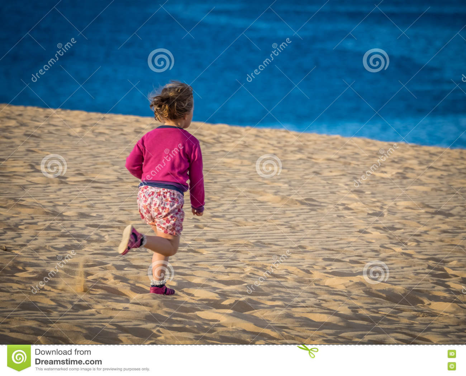 跑在沙丘下