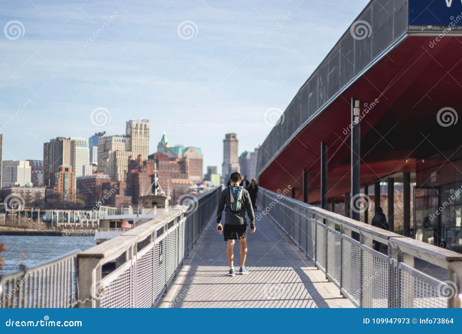 跑在纽约街道上的人