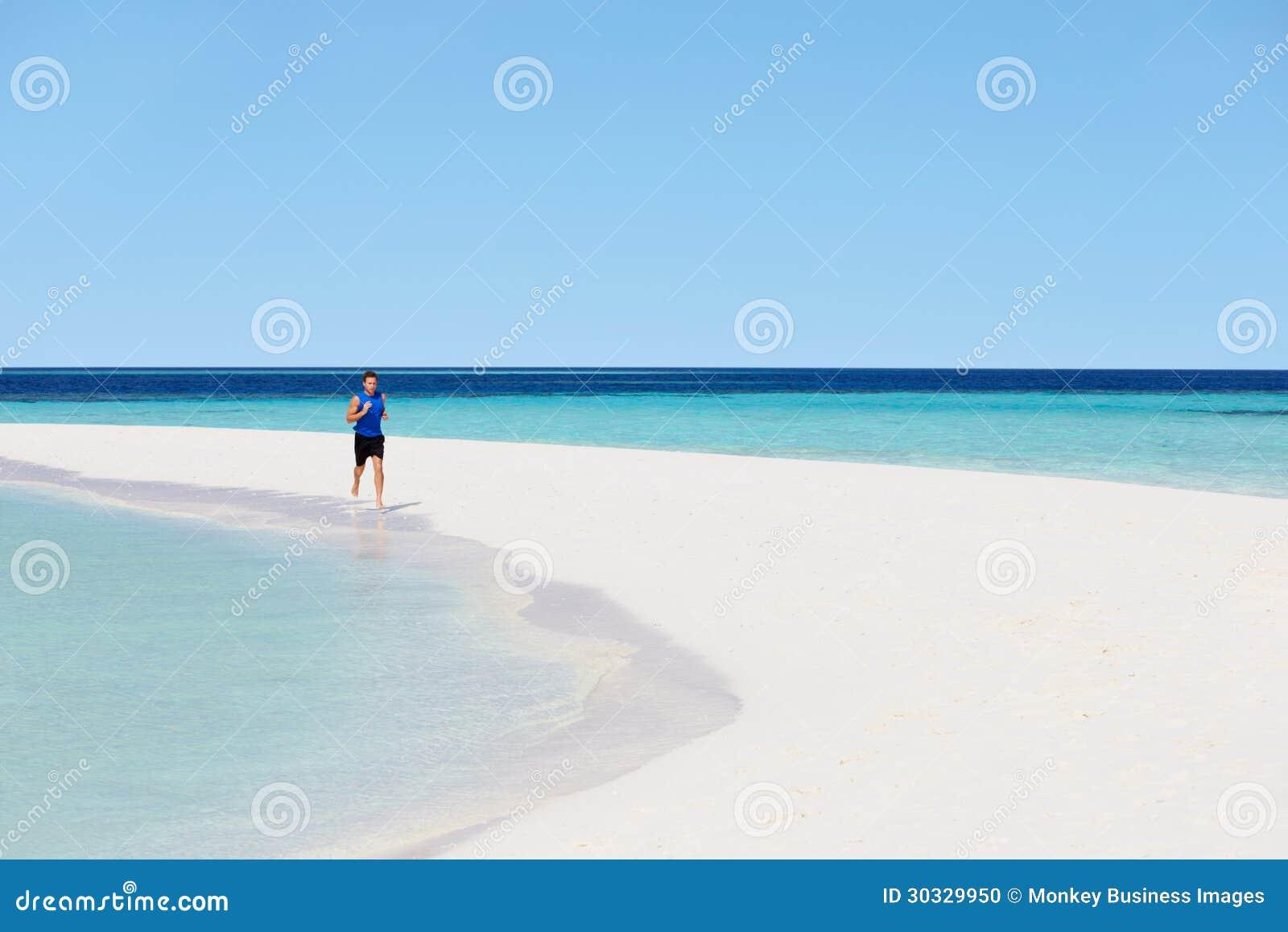 跑在美丽的海滩的人