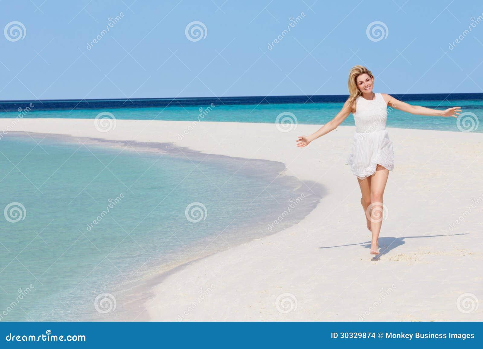 跑在美丽的热带海滩的妇女