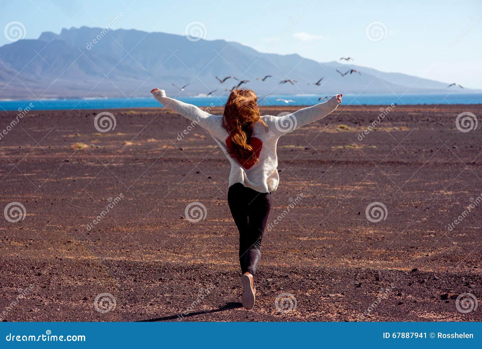 跑在离开的背景的无忧无虑的妇女