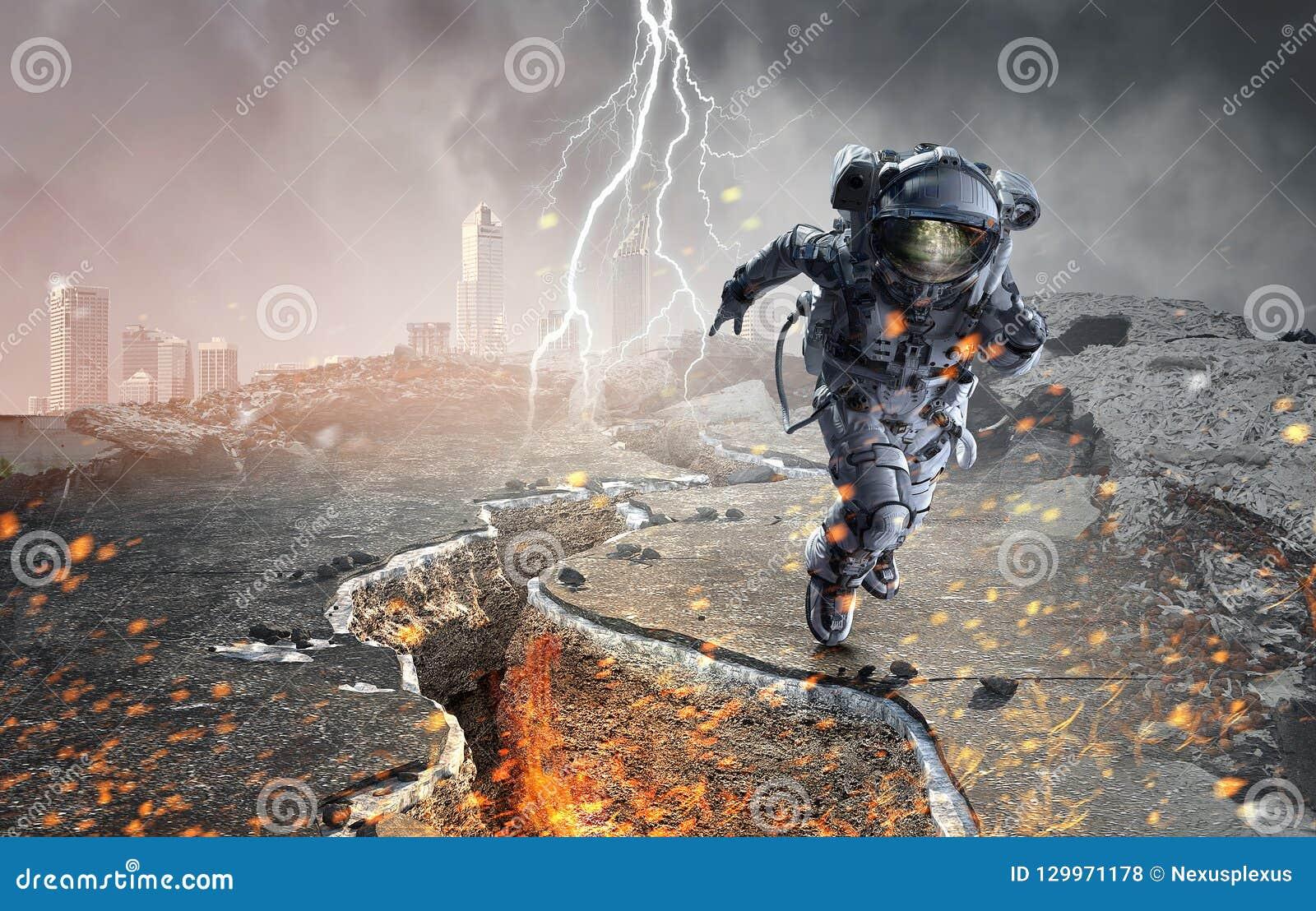 跑快速的混合画法的太空人