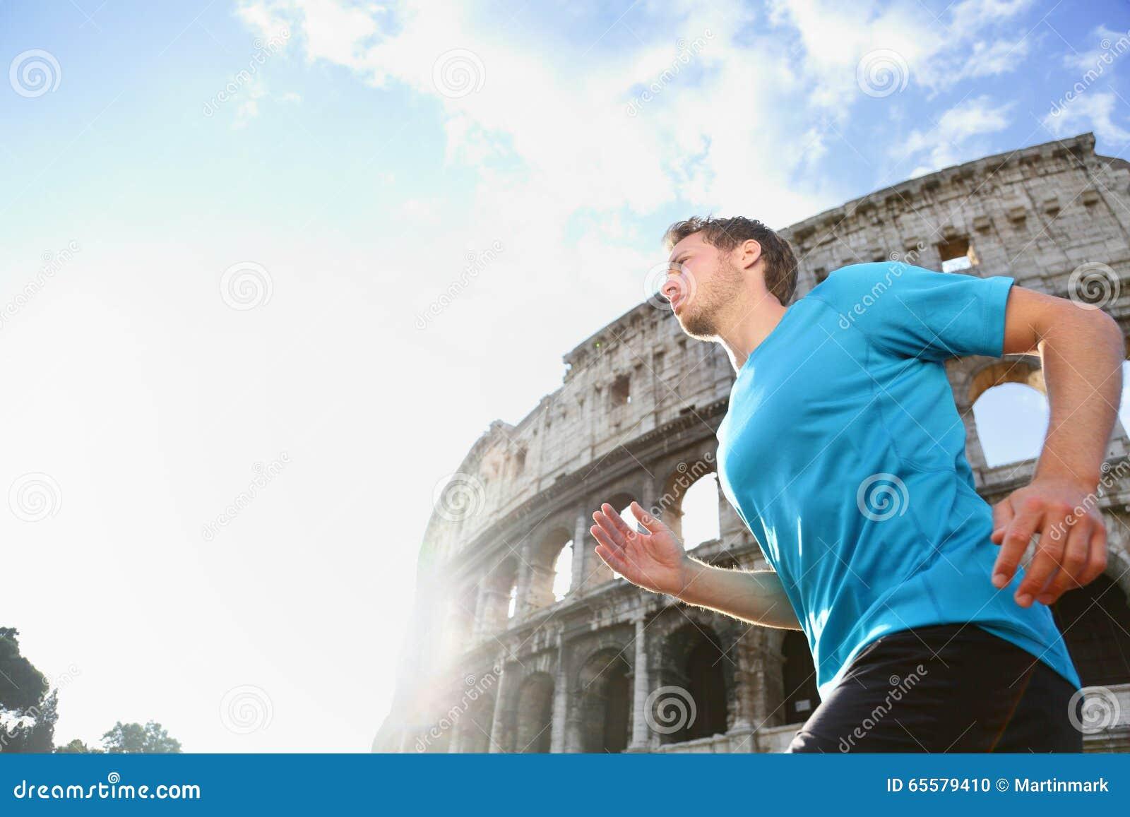 跑步和运行反对罗马斗兽场的赛跑者