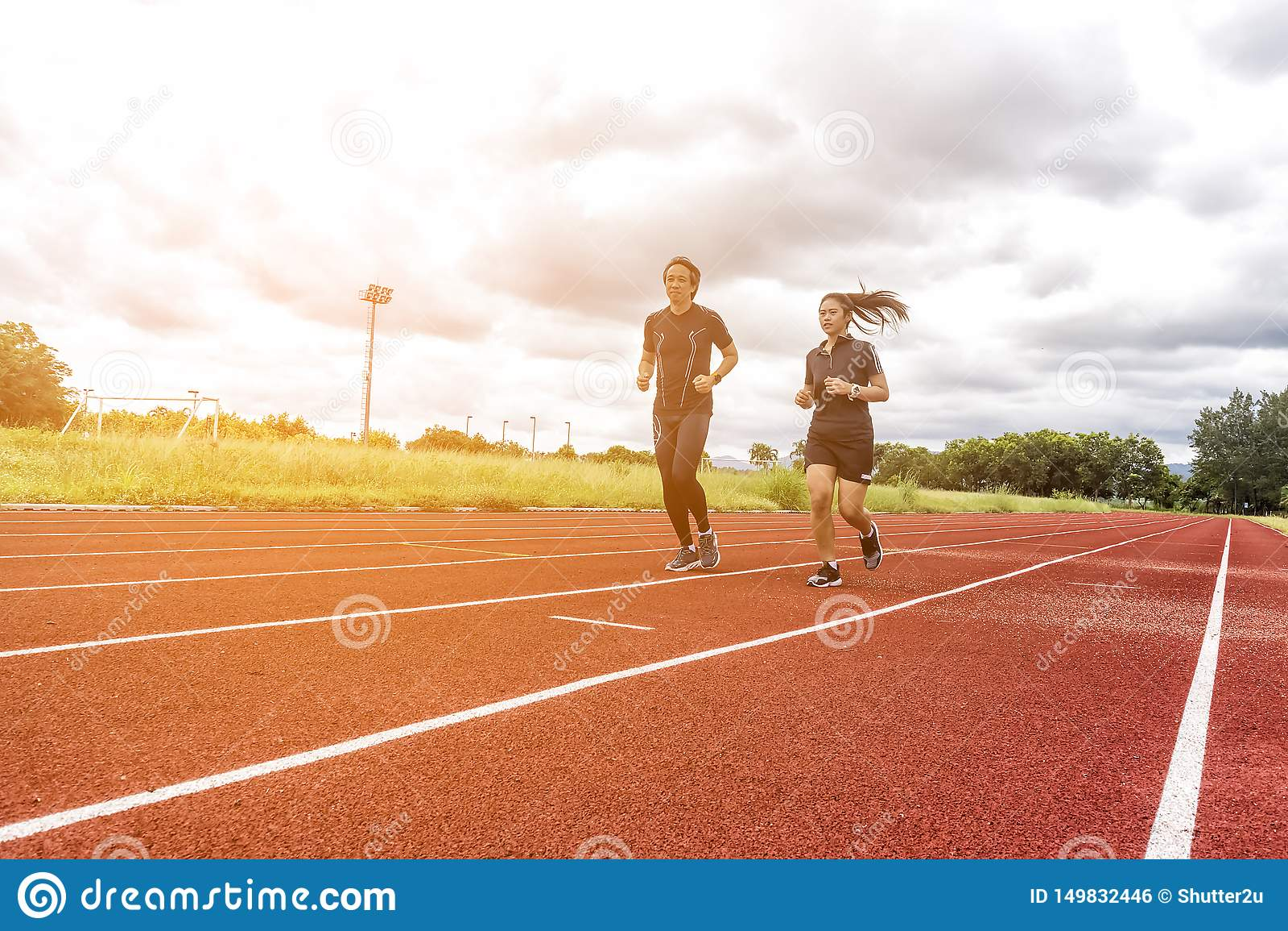 跑步在赛马跑道、体育和社交活动概念的两个赛跑者