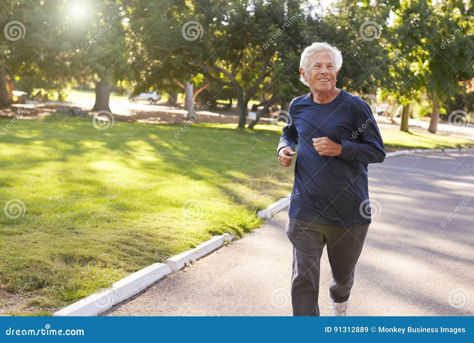 跑步通过公园的老人正面图