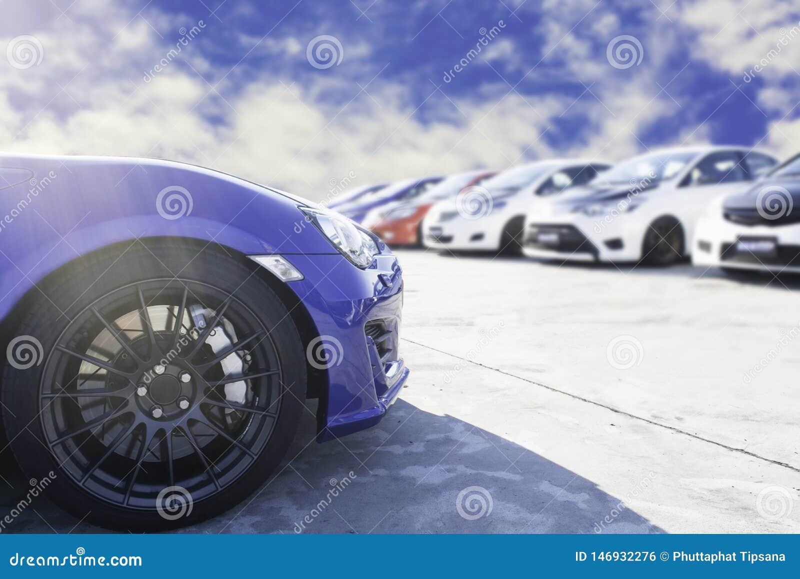 跑车和半新车,停放在等待的停车场经销权等待被卖和被交付到顾客和