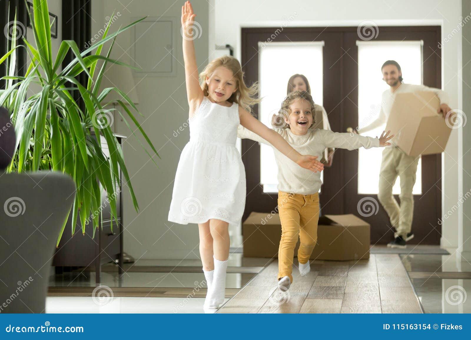 跑里面新房的激动的滑稽的孩子在移动的天