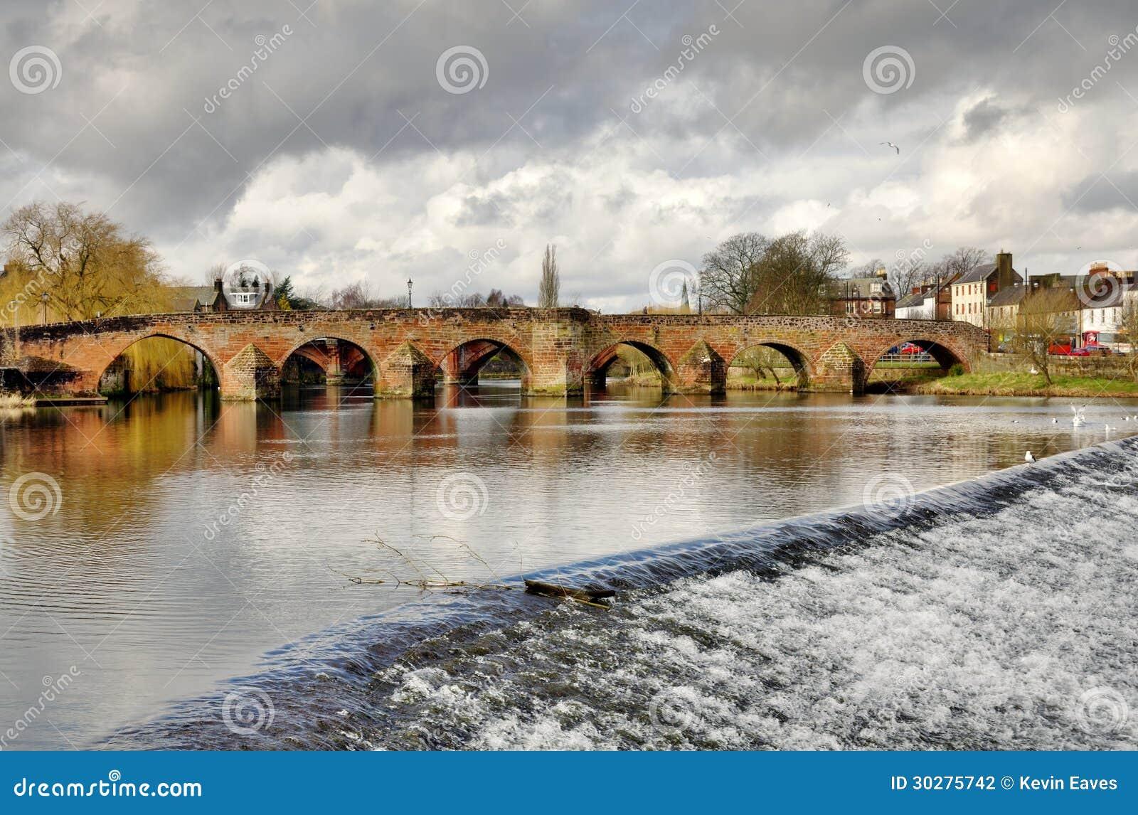 在河Nith的Devorgilla桥梁在邓弗里斯