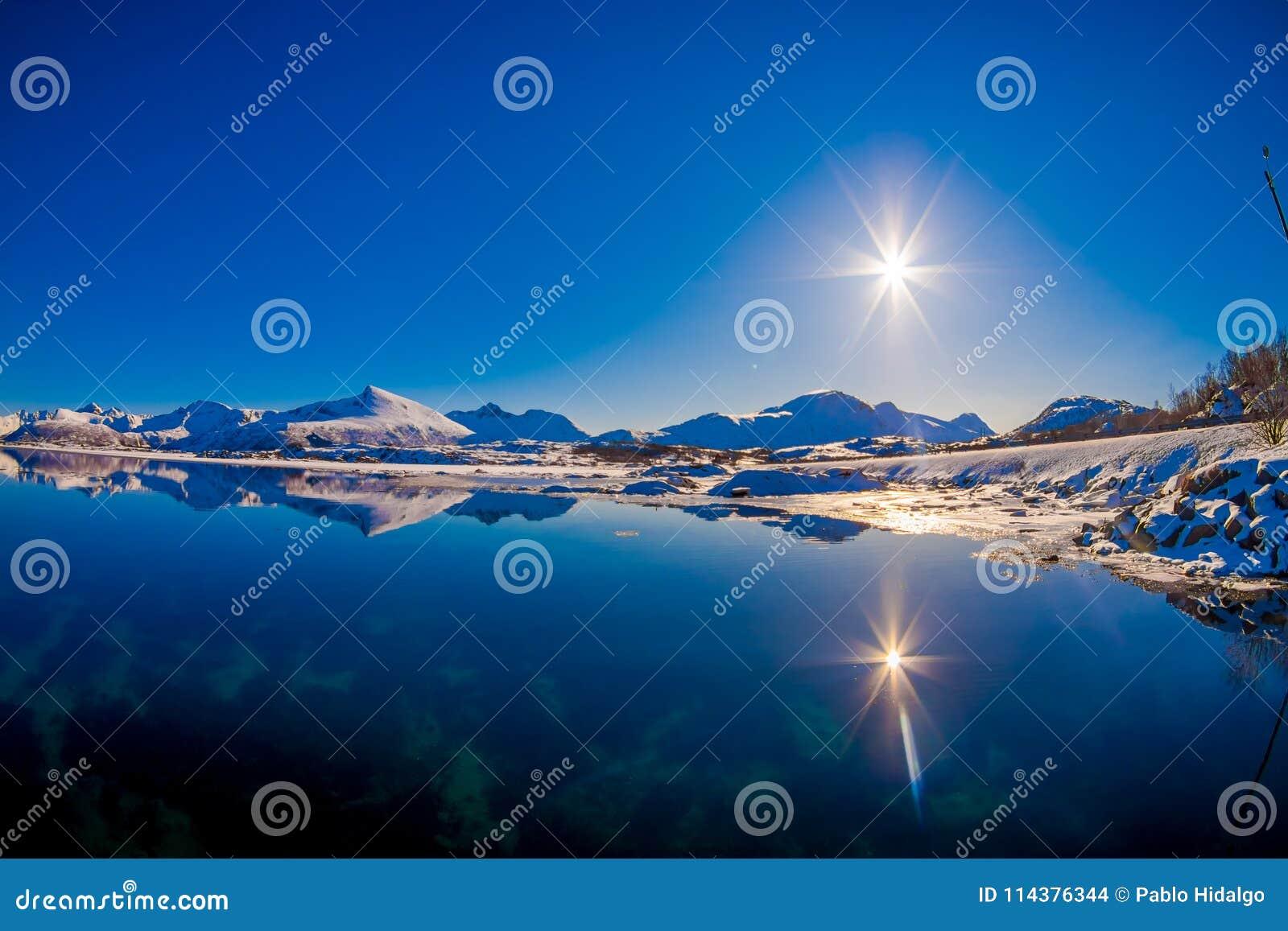 路室外湖看法和海边惊人的日落的与太阳在天空发光,在的冬天季节
