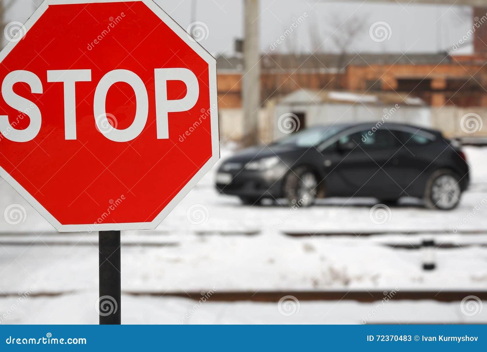 路有汽车的停车牌在冬天