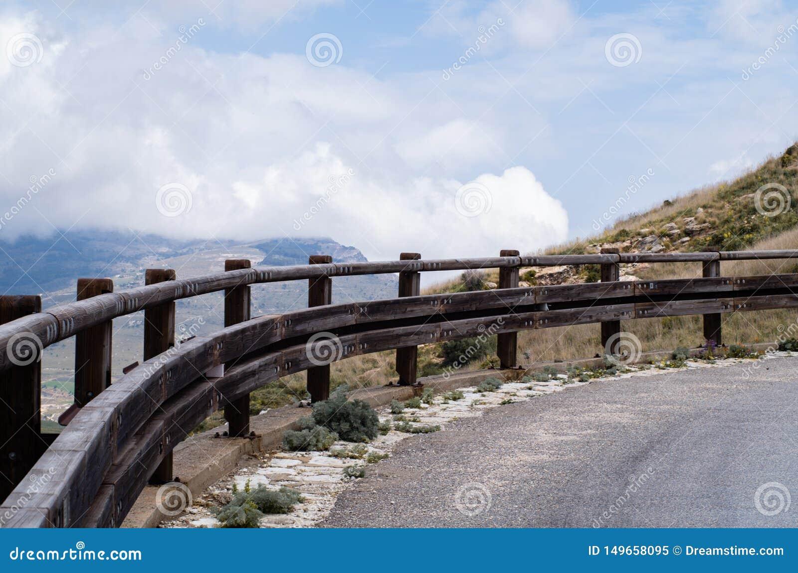路的轮在山的