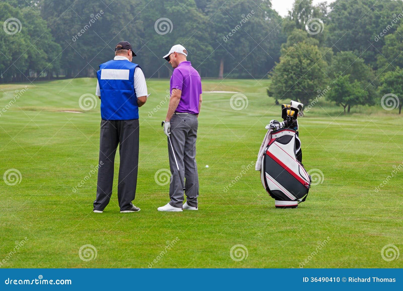 读路线指南的高尔夫球运动员和小型运车