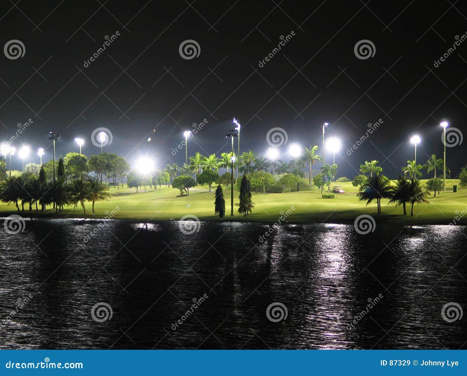 路线高尔夫球晚上