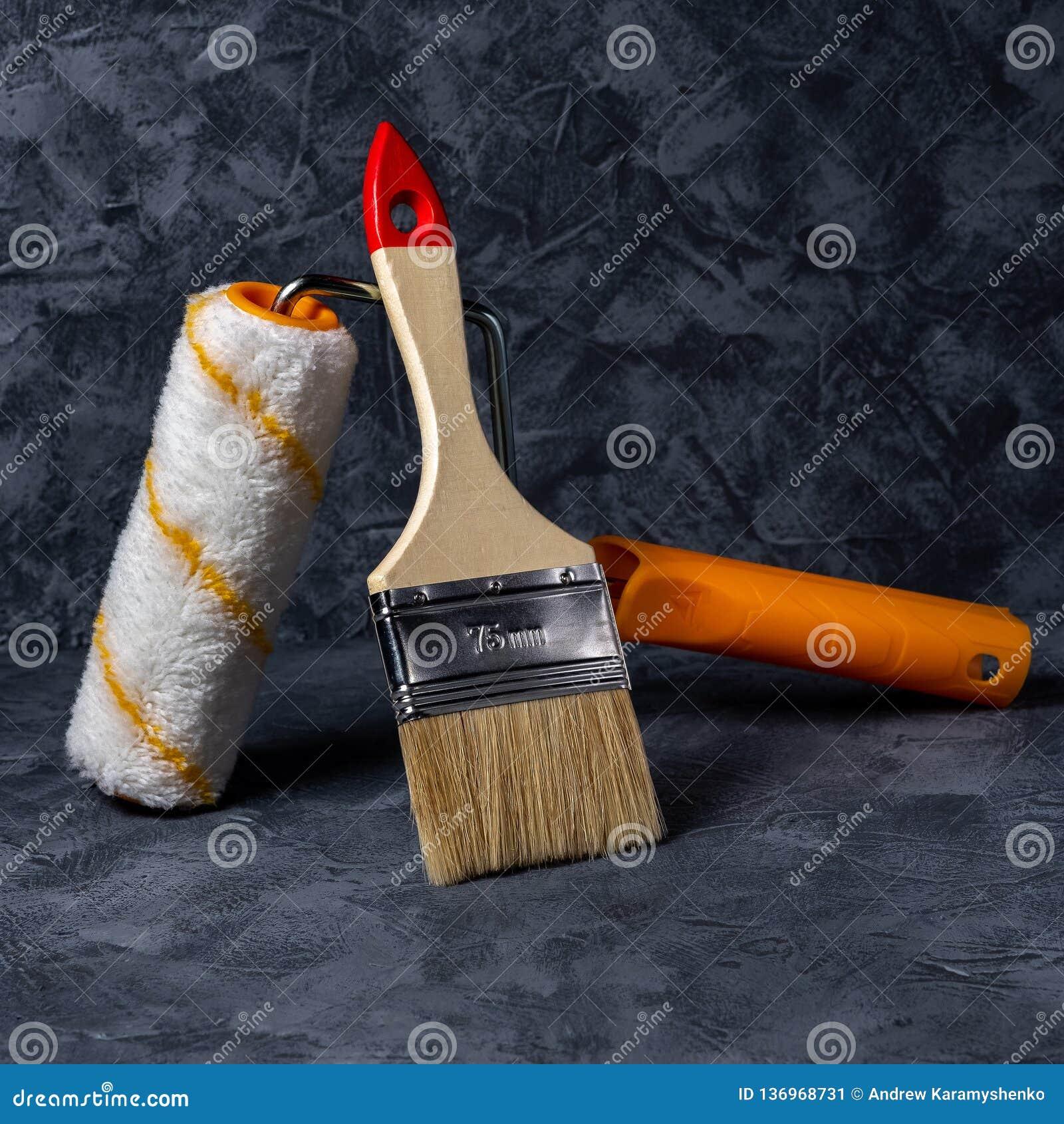 路辗和刷子 钳位红色小的钢工具工作