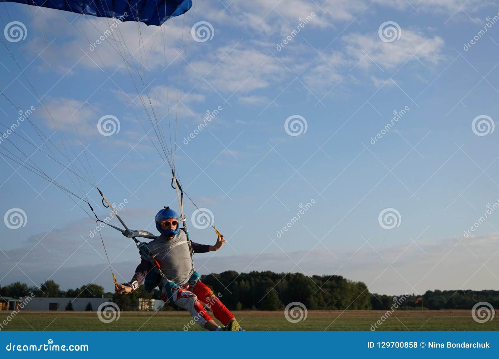 跳伞运动员在降伞的一个深蓝小的机盖下是landi