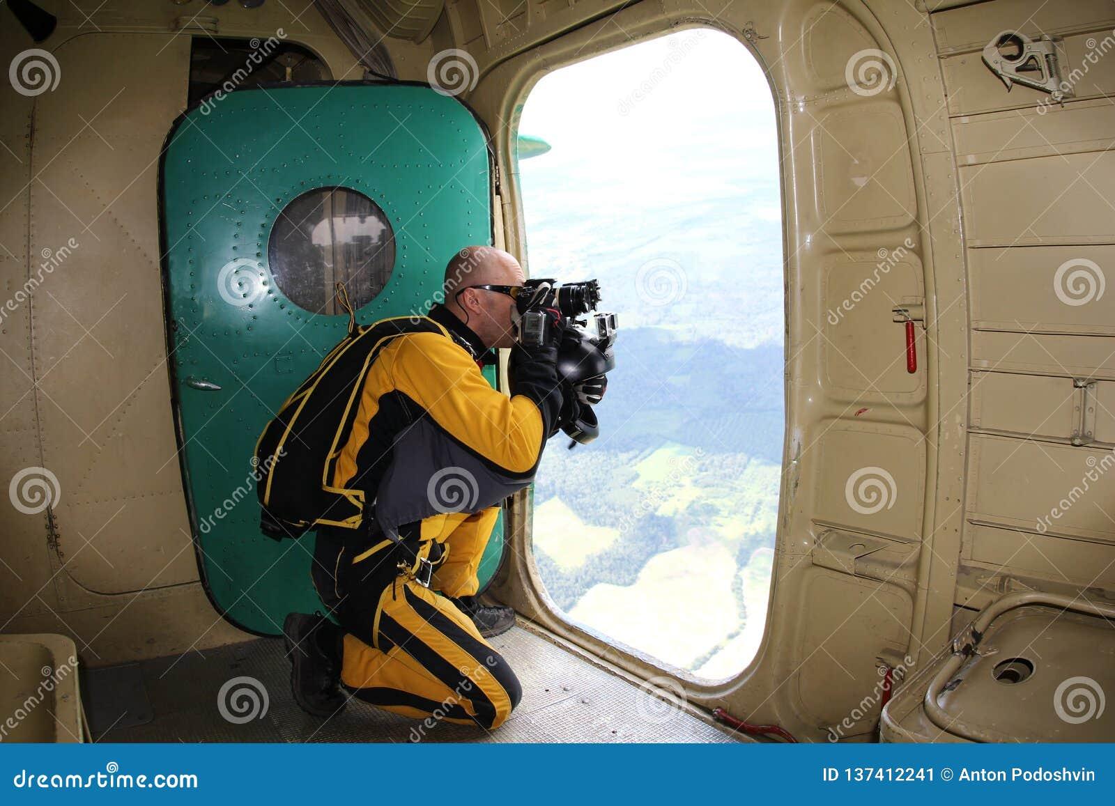 跳伞运动员由飞机的开门拍电影