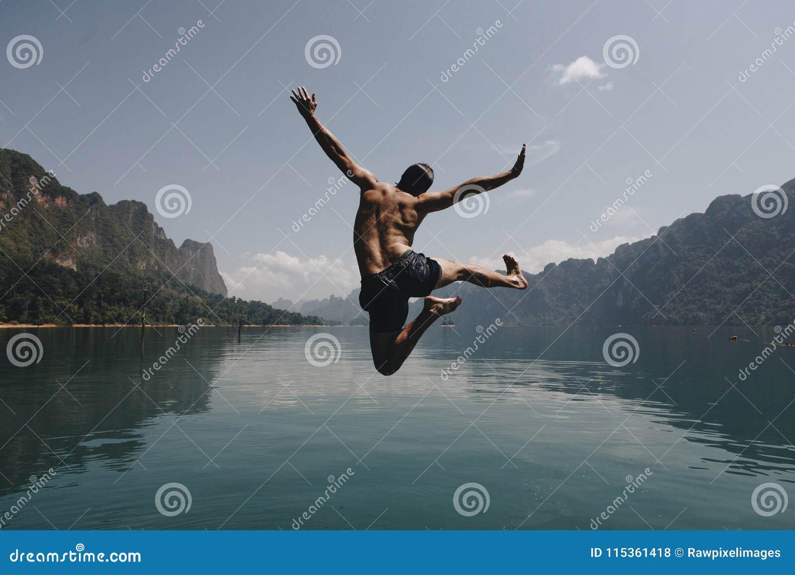 跳充满喜悦的人由湖