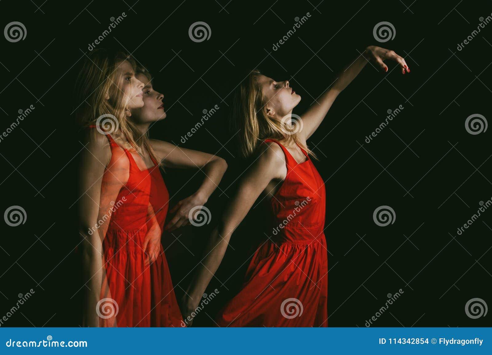 跳舞在红色礼服的黑暗的妇女灵魂在黑背景 三倍曝光 概念性原始创造性