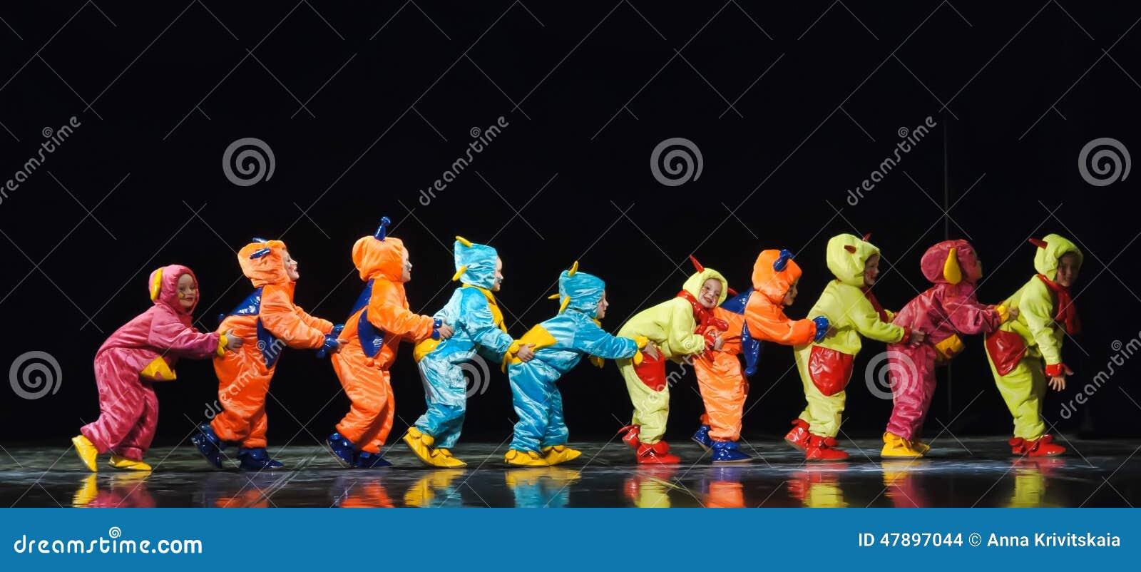 跳舞在阶段的滑稽的色的总体外籍人的孩子
