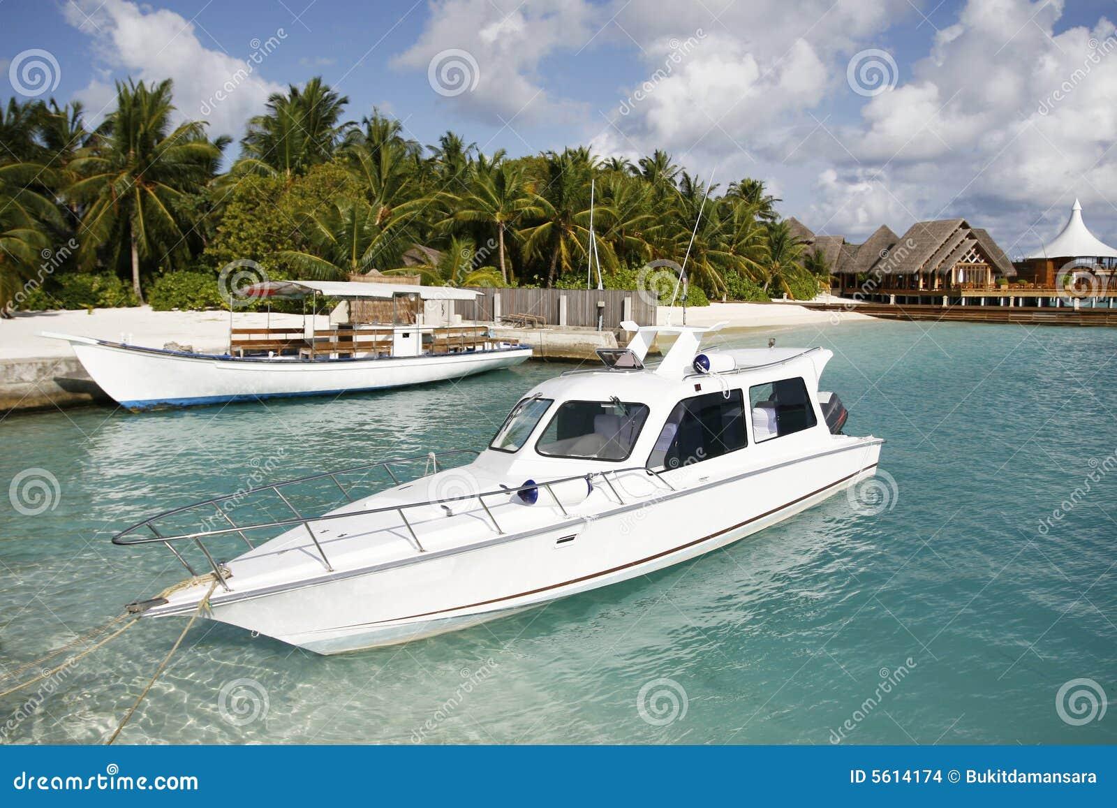 跳船停泊游艇