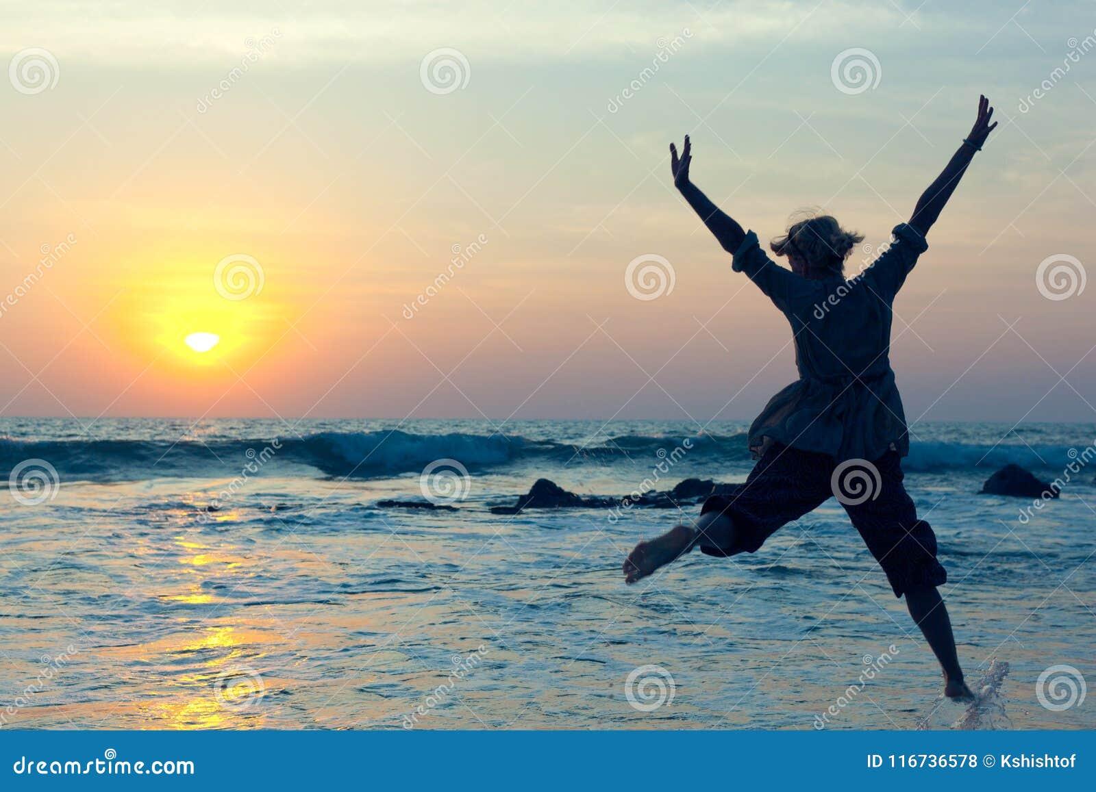 跳跃充满在水的喜悦的少妇