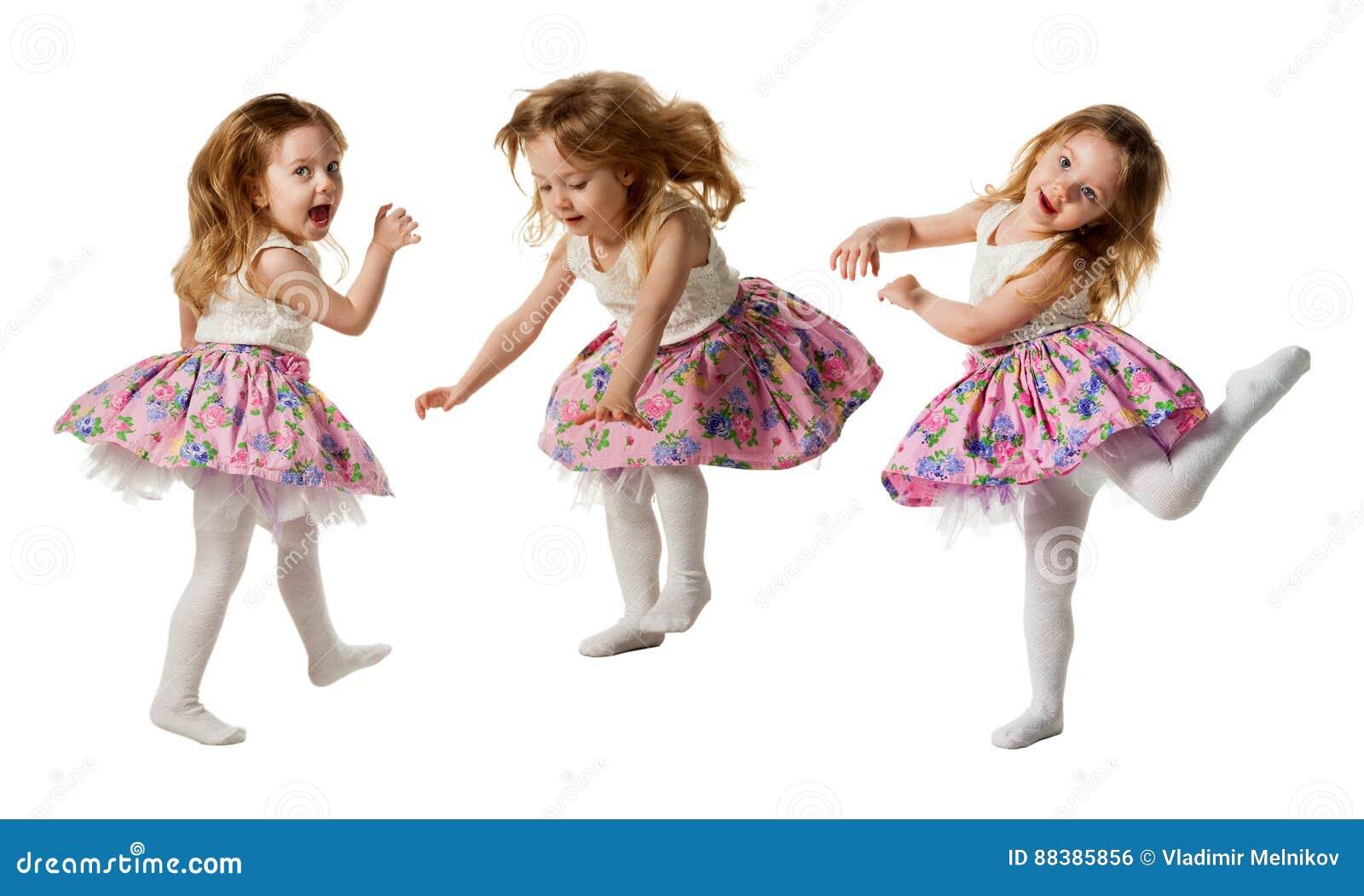 跳跃充满喜悦的逗人喜爱的小女孩隔绝在白色背景