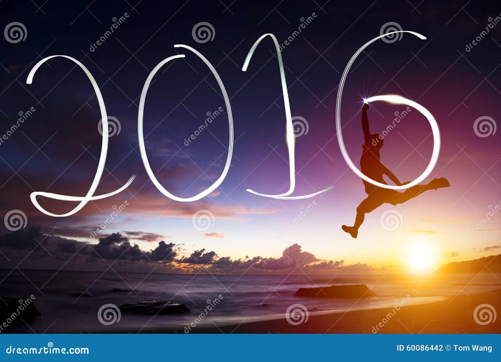 跳跃和画2016年在海滩的年轻人