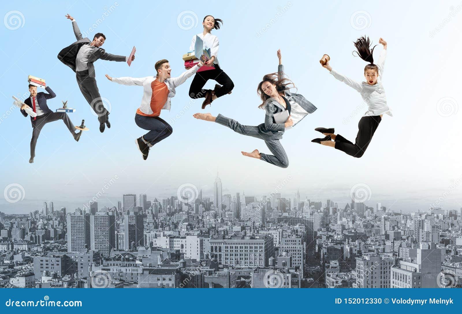 跳跃在城市上的办公室工作者或跳芭蕾舞者