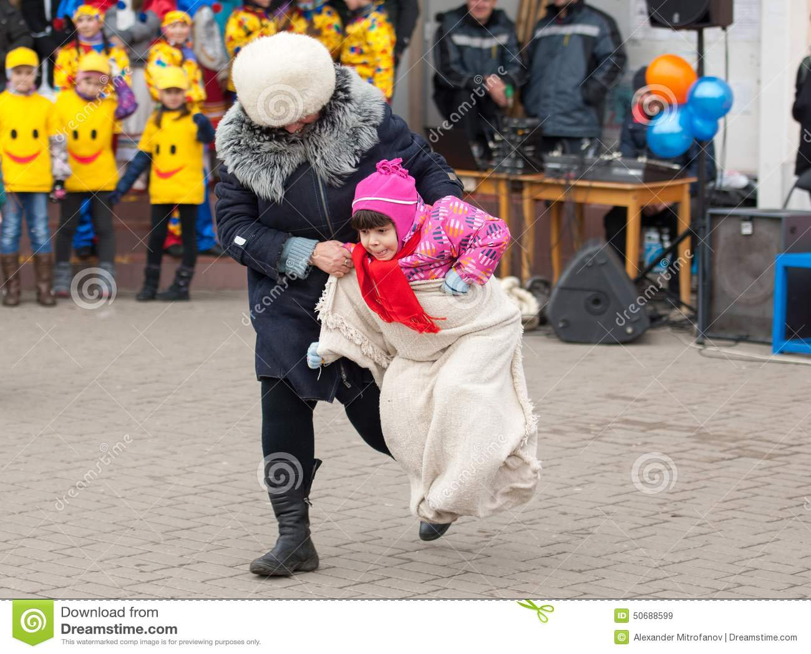 Download 跳跃在大袋 编辑类库存图片. 图片 包括有 人群, 玩偶, 外套, 森林, 舞蹈, 烙饼, 种族, 诱饵 - 50688599