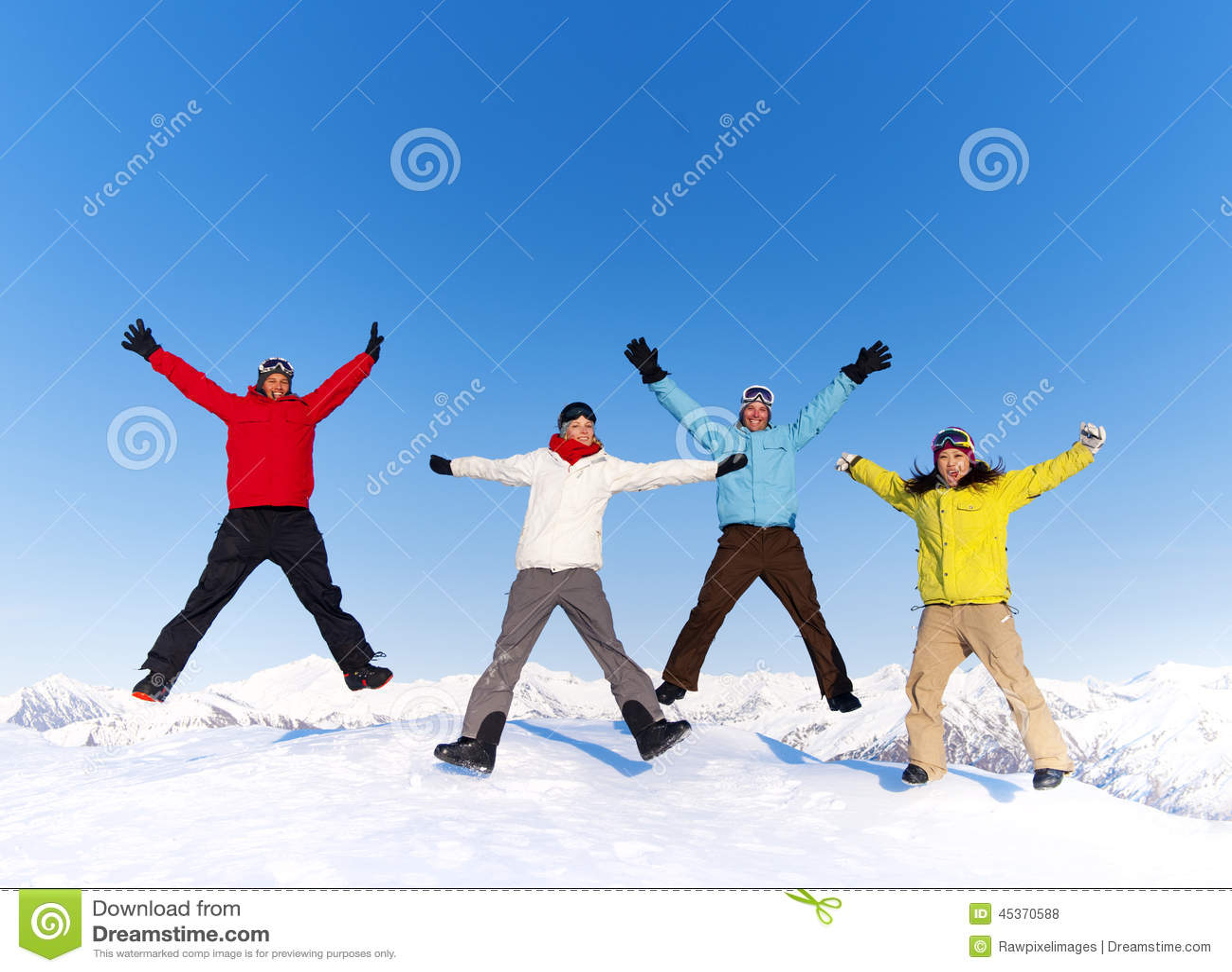 跳跃在雪和享受冬天的青年人