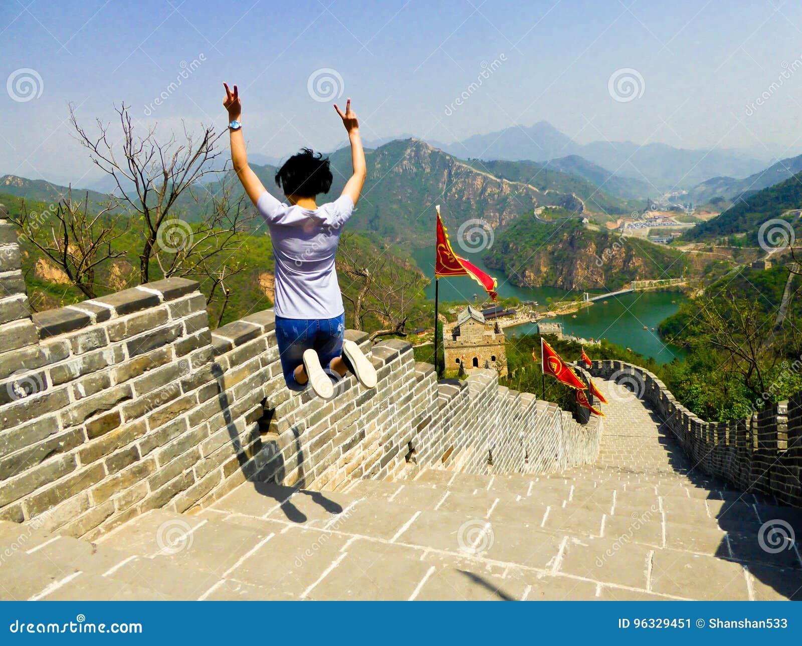 跳跃在Huanghuacheng湖边长城部分